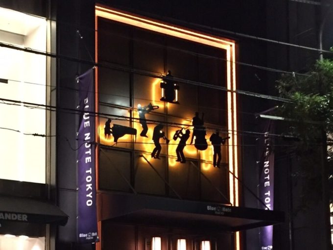 ブルーノート東京入り口上部のジャズメン